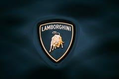 Ciérrese encima de Logo Of Lamborghini en fondo azul marino Imagen de archivo libre de regalías