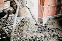 Ciérrese encima de los detalles del mortero del cemento y de la bomba concreta durante construcciones interiores imagenes de archivo