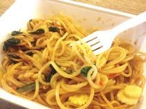 Ciérrese encima de los espaguetis sofritos en la caja blanca Imagen de archivo