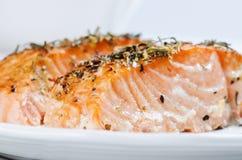 Ciérrese encima de los filetes de color salmón asados a la parilla Imagenes de archivo