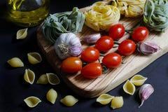 Ciérrese encima de los ingredientes oscuros de las pastas de la comida del claroscuro foto de archivo