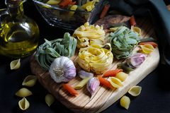 Ciérrese encima de los ingredientes oscuros de las pastas de la comida del claroscuro con tallarines Fotos de archivo
