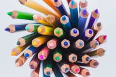 Ciérrese encima de los lápices coloreados inconsútiles reman aislado en el fondo blanco Lápices coloridos con el espacio de la co Imagen de archivo libre de regalías