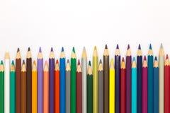 Ciérrese encima de los lápices de madera de los colores en el fondo blanco Imagen de archivo libre de regalías