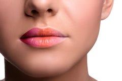 Ciérrese encima de los labios tirados de la mujer joven que presenta, mostrando Foto de archivo libre de regalías