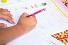 Ciérrese encima de los niños que hacen la preparación Imágenes de archivo libres de regalías