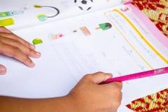 Ciérrese encima de los niños que hacen la preparación Imagen de archivo