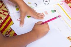 Ciérrese encima de los niños que hacen la preparación Fotografía de archivo