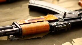 Ciérrese encima de los rifles AK-47 foto de archivo libre de regalías