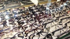 Ciérrese encima de los vidrios del ojo de la exhibición almacen de metraje de vídeo