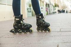 Ciérrese encima de los zapatos del patinaje sobre ruedas Fotografía de archivo