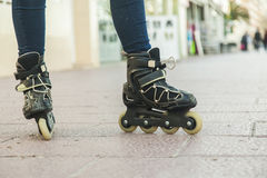 Ciérrese encima de los zapatos del patinaje sobre ruedas Fotos de archivo