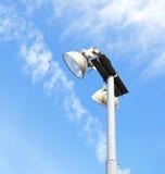 Luz de calle contra el cielo azul Fotografía de archivo