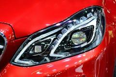 Ciérrese encima de luz en el coche deportivo rojo imagenes de archivo