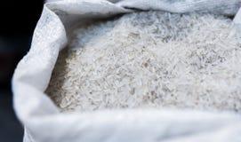 Ciérrese encima de macro en un arroz blanco en bolso Ricos sanos del alimento dietético en celulosa de los microelementos Comida  imágenes de archivo libres de regalías