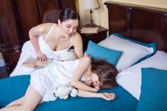 Ciérrese encima de madre y de hija de la belleza Familia, concepto el dormir Foto de archivo