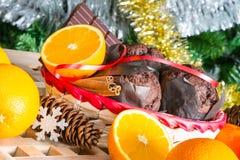 Ciérrese encima de maffins, de naranjas y de chocolate Fotos de archivo libres de regalías