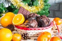 Ciérrese encima de maffins, de naranjas y de chocolate Imágenes de archivo libres de regalías