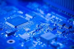 Ciérrese encima - de microprocesador en una placa madre de la placa de circuito del ordenador fotos de archivo