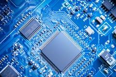 Ciérrese encima - de microprocesadores en una placa de circuito del ordenador fotografía de archivo