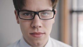Ciérrese encima de mirada en la cámara del hombre de negocios serio 4K almacen de video