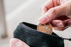 Ciérrese encima de moneda de los yenes con la pequeña bolsa del dinero Fotografía de archivo libre de regalías