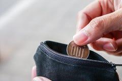 Ciérrese encima de moneda de los yenes con la pequeña bolsa del dinero Foto de archivo