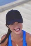 Ciérrese encima de muchacha bastante deportiva en un casquillo Fotografía de archivo libre de regalías