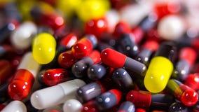 Ciérrese encima de muchas diversas píldoras y de medicina de las tabletas en el fondo blanco fotografía de archivo