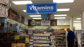 Ciérrese encima de muestra de las vitaminas y exhiba las comidas sanas almacen de video