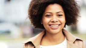 Ciérrese encima de mujer afroamericana feliz al aire libre almacen de video