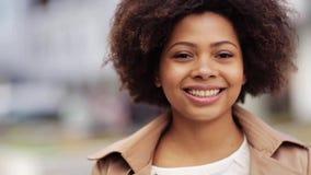 Ciérrese encima de mujer afroamericana feliz al aire libre metrajes
