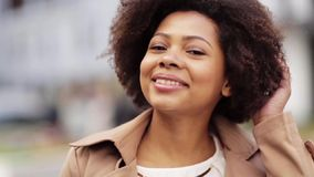 Ciérrese encima de mujer afroamericana feliz al aire libre almacen de metraje de vídeo