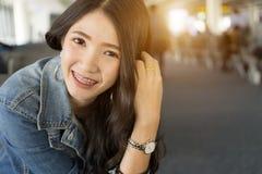 Ciérrese encima de mujer asiática joven del retrato en terminal de aeropuerto foto de archivo