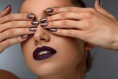 Ciérrese encima de mujer de la moda con maquillaje profesional y clavos Fotos de archivo libres de regalías