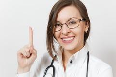 Ciérrese encima de mujer sonriente del doctor con el estetoscopio, vidrios aislados en el fondo blanco Doctor de sexo femenino en foto de archivo libre de regalías