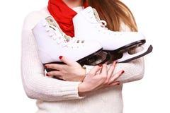 Ciérrese encima de mujer sostiene patines de hielo Fotografía de archivo libre de regalías