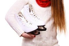 Ciérrese encima de mujer sostiene patines de hielo Foto de archivo libre de regalías