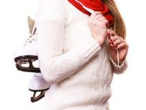 Ciérrese encima de mujer sostiene patines de hielo Imagen de archivo libre de regalías