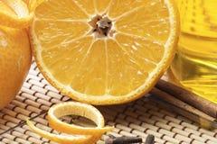 Ciérrese encima de naranja partida en dos con la pomarrosa Imagen de archivo libre de regalías