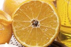 Ciérrese encima de naranja partida en dos con la pomarrosa 2 Foto de archivo