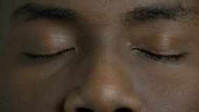 Ciérrese encima de ojos cerrados hombre de piel morena almacen de video