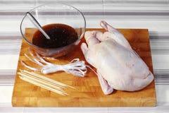 Ciérrese encima de pato y de la salsa crudos Imagenes de archivo