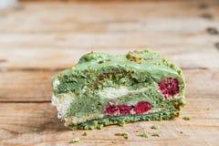 Ciérrese encima de pedazo de torta verde del pistacho imagen de archivo