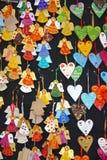 Ciérrese encima de pequeños ángeles hechos a mano de la Navidad en una parada del mercado Foto de archivo libre de regalías