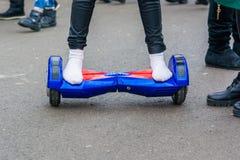 Ciérrese encima de pies en calcetines en hoverboard Fotografía de archivo libre de regalías