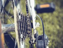 Ciérrese encima de pieza de la bicicleta con el engranaje y la rueda del casete Fotos de archivo