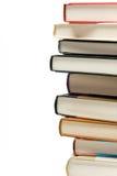 Ciérrese encima de pila de libro en el fondo blanco. Imagenes de archivo
