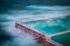 Ciérrese encima de piscina famosa de la roca en la playa de Bondi Imagen de archivo libre de regalías