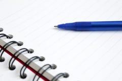 Ciérrese encima de pluma con el cuaderno Fotografía de archivo libre de regalías